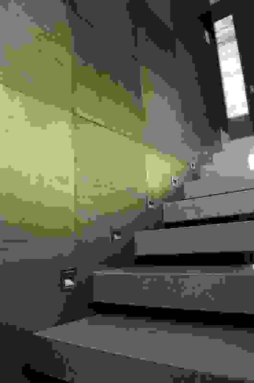 Escalera interior Pasillos, vestíbulos y escaleras modernos de Metrik Studio Moderno