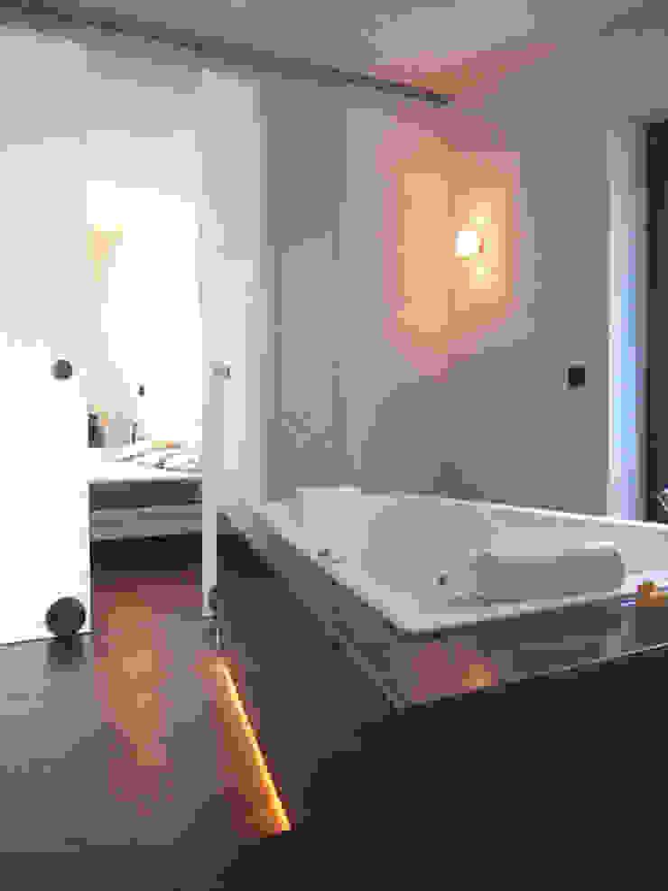 Baños modernos de zymara und loitzenbauer architekten bda Moderno