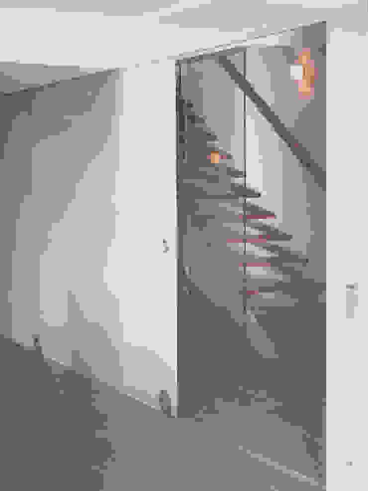 Pasillos, vestíbulos y escaleras modernos de zymara und loitzenbauer architekten bda Moderno