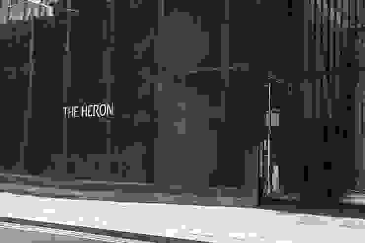 The Heron - Main reception area with floor to ceiling White Lip and Black Lip Four Sided Crazy Pattern Mother of Pearl Wall Panels Pasillos, vestíbulos y escaleras de estilo moderno de ShellShock Designs Moderno