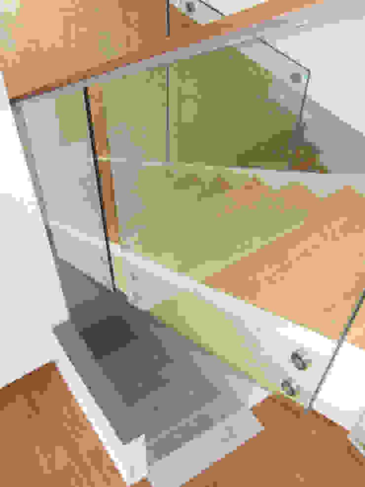 Pasillos, vestíbulos y escaleras de estilo moderno de zymara und loitzenbauer architekten bda Moderno
