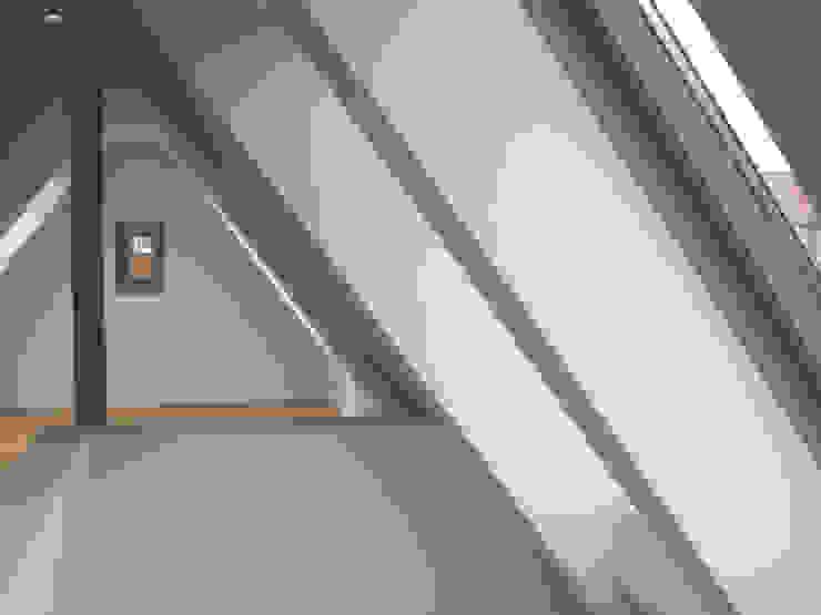 Siedlungshaus mit Holzscheibe Moderner Flur, Diele & Treppenhaus von zymara und loitzenbauer architekten bda Modern