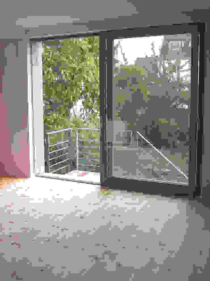 Siedlungshaus mit Holzscheibe Moderne Wohnzimmer von zymara und loitzenbauer architekten bda Modern