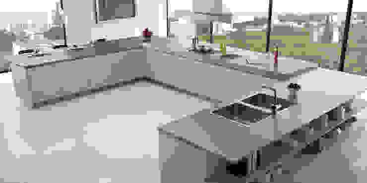 Cocina de lineas rectas amplia y moderna de JG Fotografia & Render