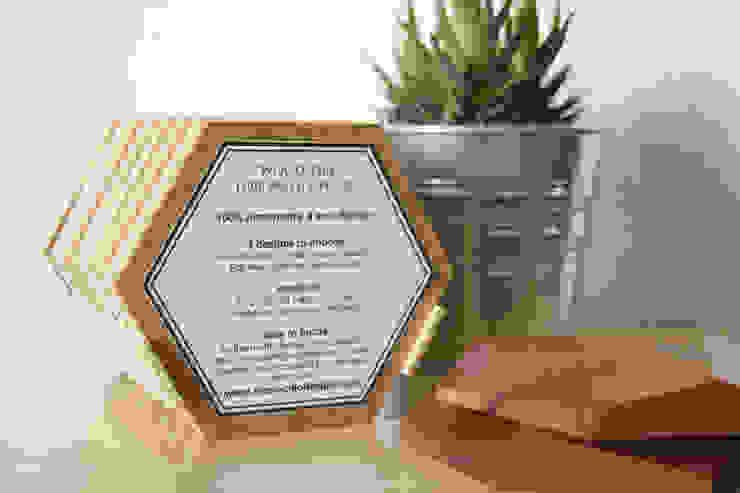 Bee Apis, wooden tiles for wall decor por Monoculo Design Studio Eclético