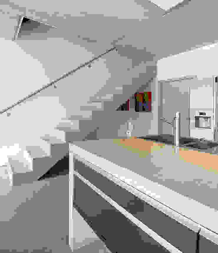 AUSSERGEWÖHNLICHE DOPPELHAUSHÄLFTE Moderne Küchen von b2 böhme BAUBERATUNG Modern