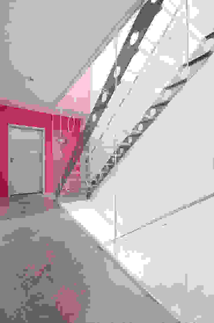 Modern corridor, hallway & stairs by b2 böhme PROJEKTBAU GmbH Modern