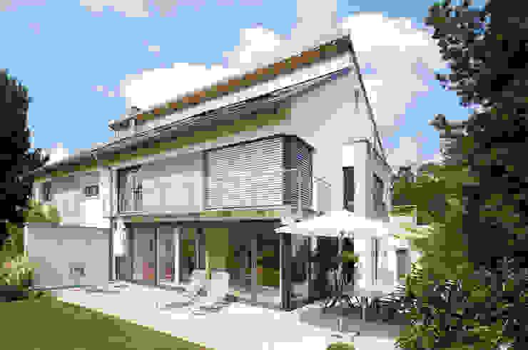 Modern houses by b2 böhme PROJEKTBAU GmbH Modern