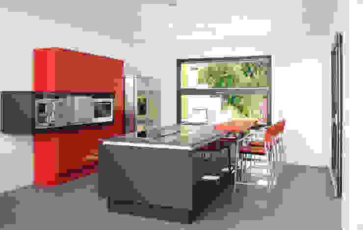 Modern kitchen by b2 böhme PROJEKTBAU GmbH Modern