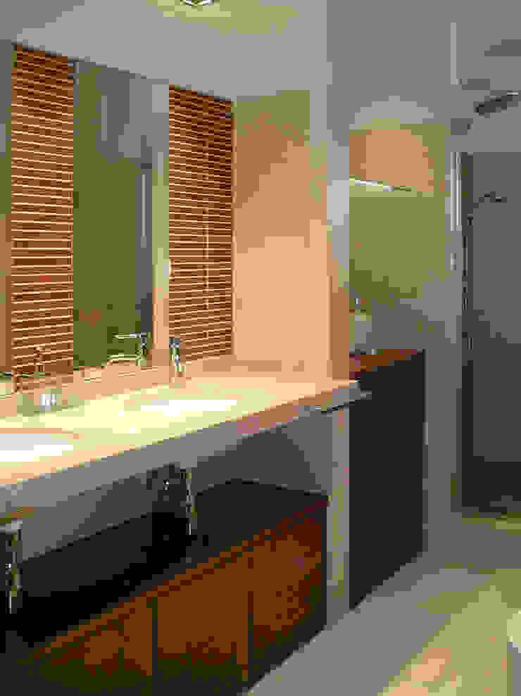 Modern Bathroom by AZ Diseño Modern