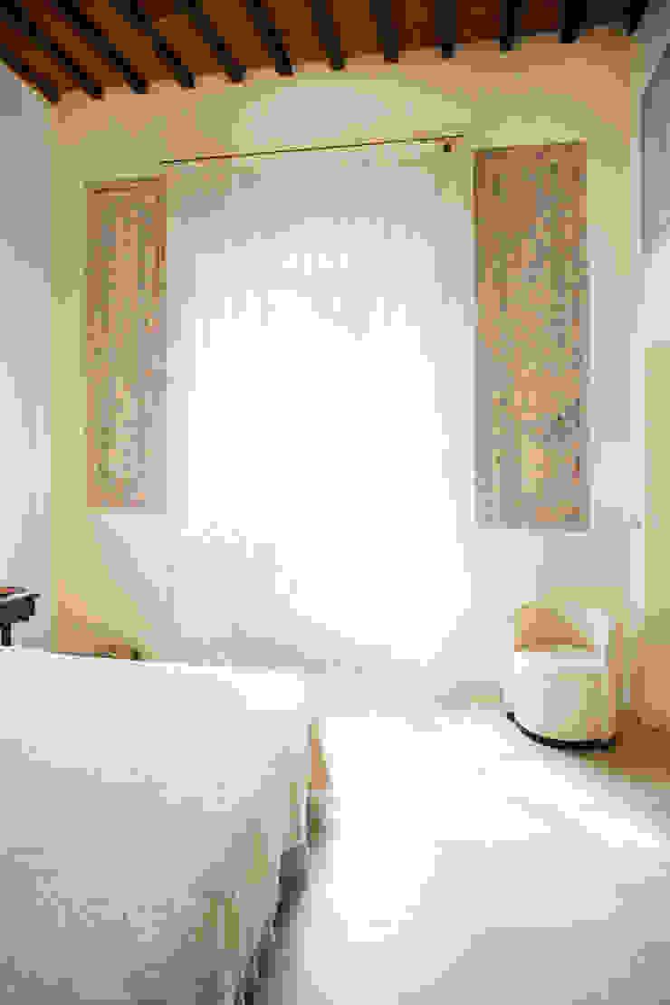 Master bedroom Dormitorios clásicos de OPERASTUDIO Clásico