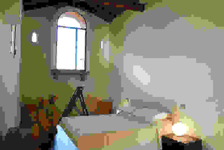 Camera Camera da letto in stile rustico di OPERASTUDIO Rustico