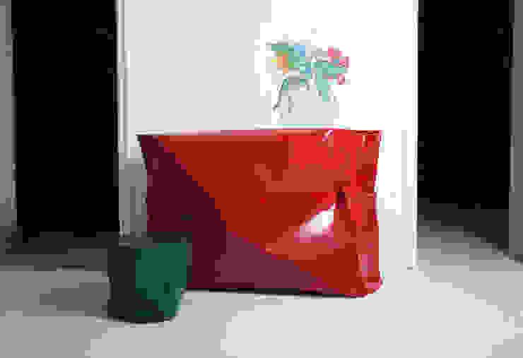 Consola y cubo lacados de Ines Benavides Moderno