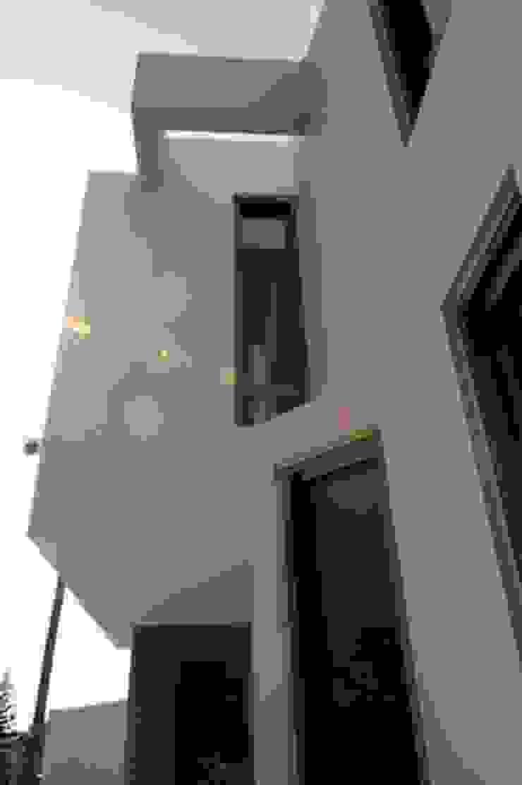 Villa Scultore Case moderne di kuluridis Moderno