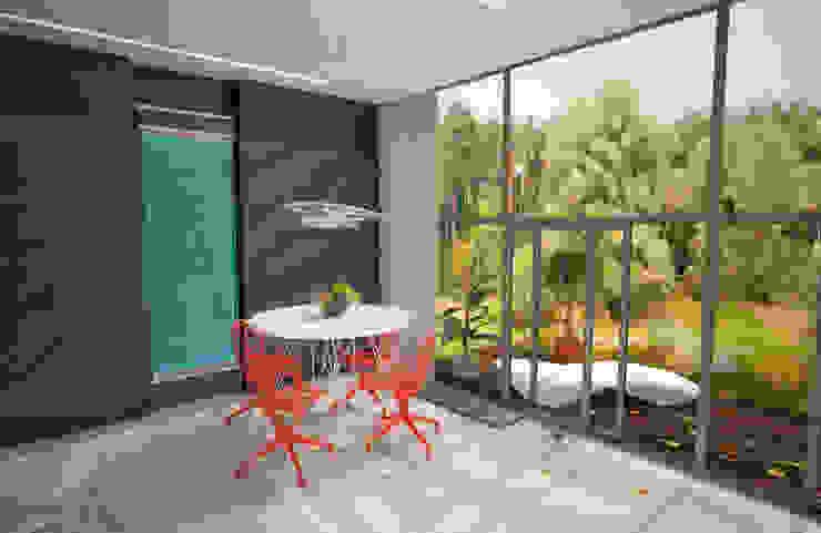Загородный дом с видом на лес Гостиная в стиле модерн от Гурьянова Наталья Модерн