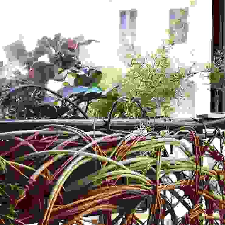 Dettaglio dell'allestimento del verde sul balcone di Mohamed Keilani Architect Mediterraneo