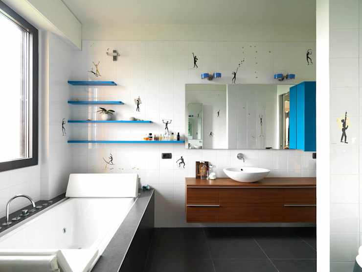 Modern bathroom by enzoferrara architetti Modern