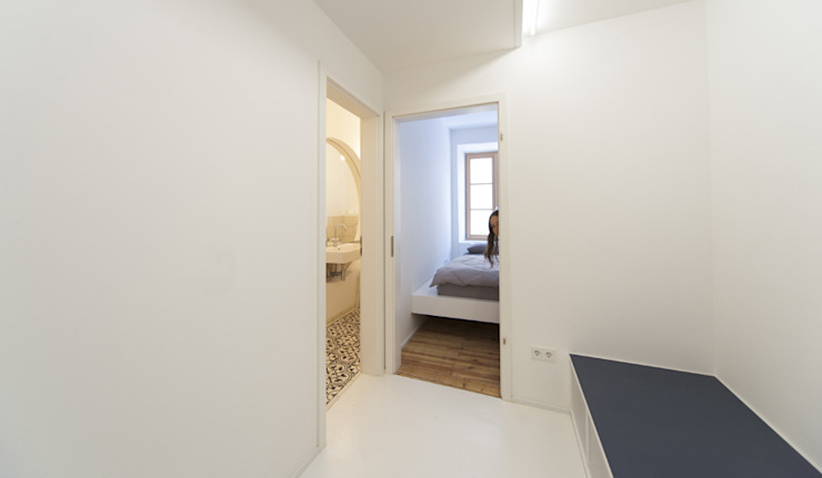 Minimalistische gangen, hallen & trappenhuizen van Brut Deluxe Architektur + Design Minimalistisch