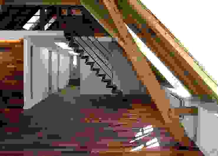 Pasillos, vestíbulos y escaleras de estilo moderno de Spaett Architekten GmbH Moderno