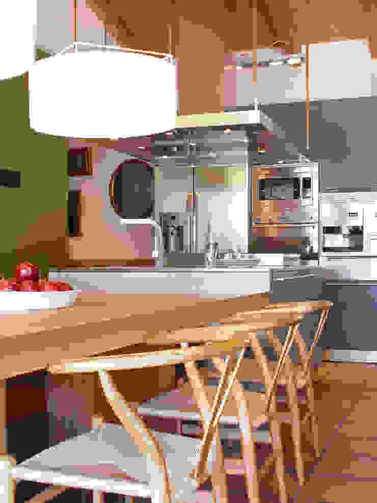 VIVIENDA ROQUETES Cocinas de estilo rústico de The Room Studio Rústico