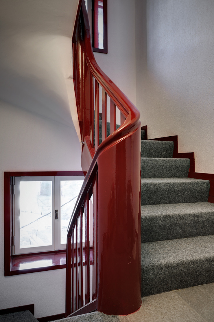 Pasillos, vestíbulos y escaleras modernos de es-arch Moderno