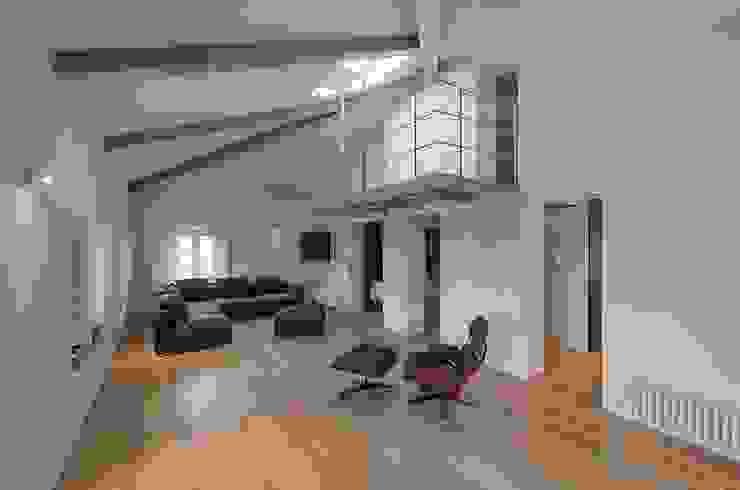 Modern living room by Massimo Fiorido Associati Modern