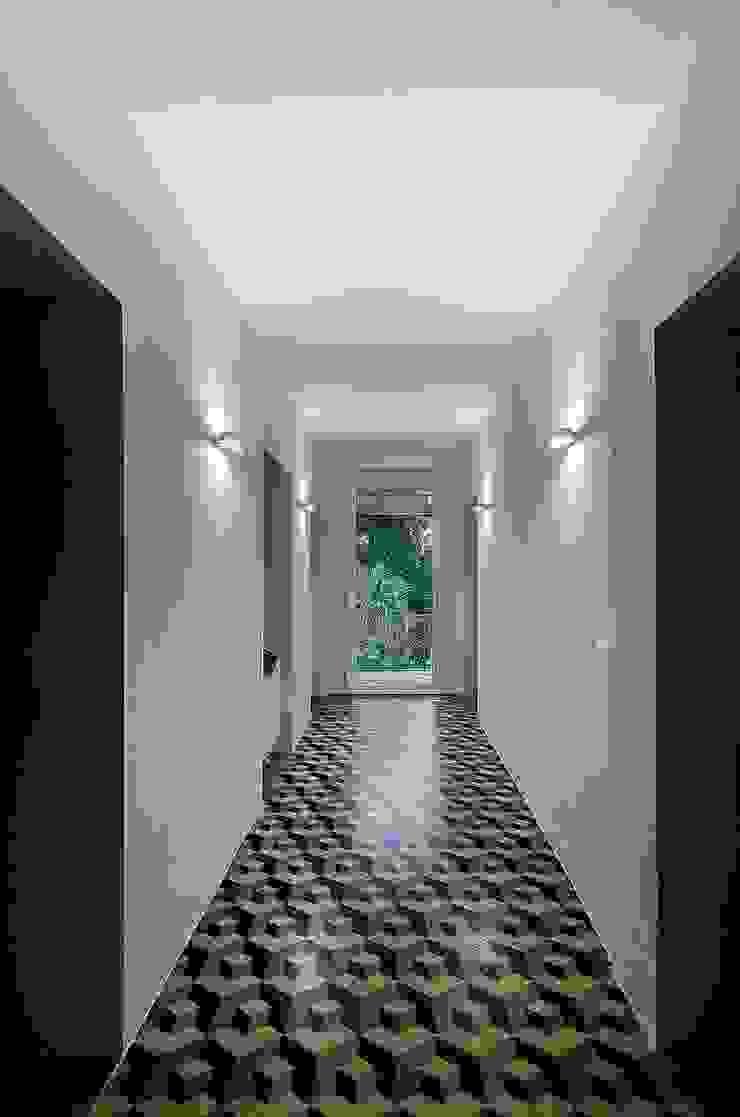 Modern corridor, hallway & stairs by Massimo Fiorido Associati Modern