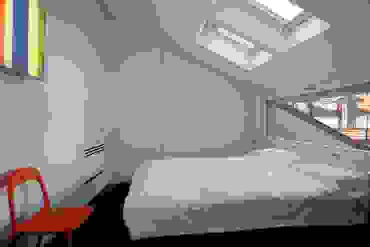 モダンスタイルの寝室 の Comoglio Architetti モダン