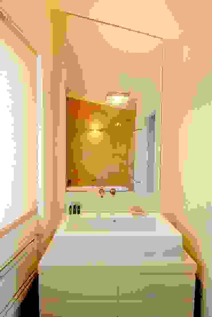 モダンスタイルの お風呂 の Comoglio Architetti モダン