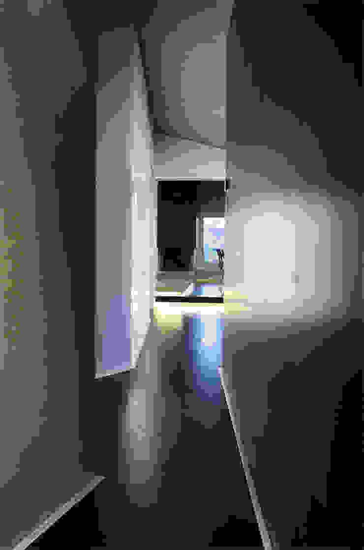 Pasillos, vestíbulos y escaleras modernos de Enrico Muscioni Architect Moderno
