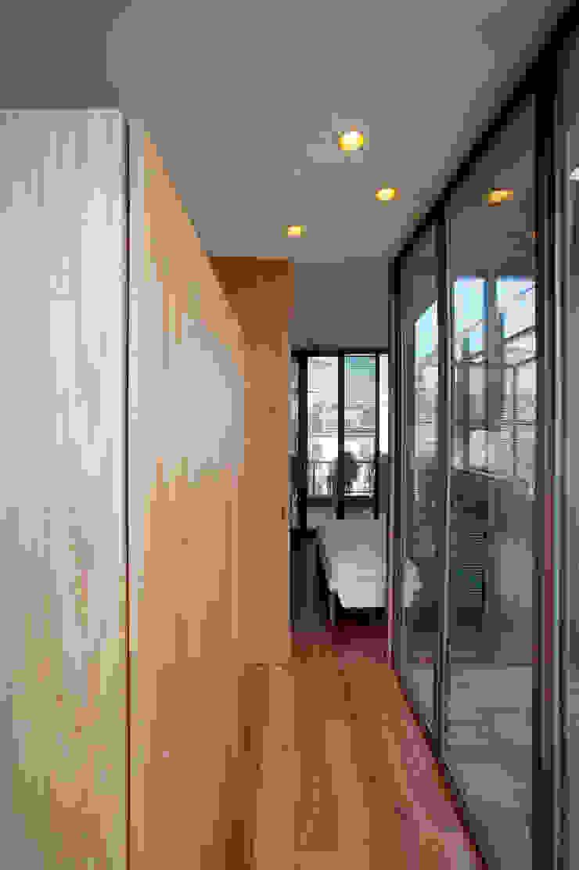 Camera sul tetto Moderner Flur, Diele & Treppenhaus von Calzoni architetti Modern