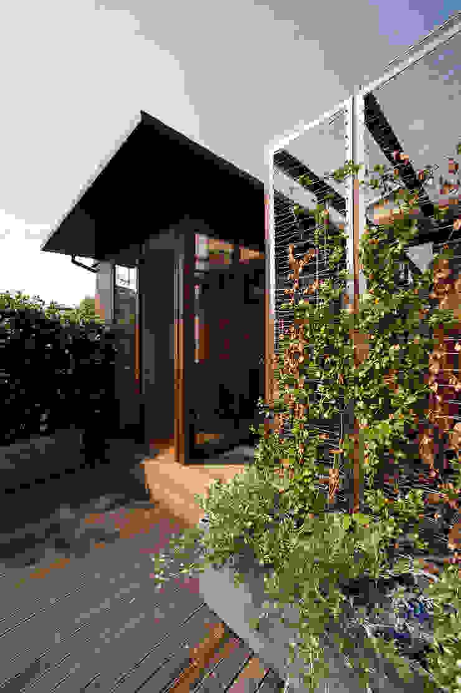 Camera sul tetto Moderner Balkon, Veranda & Terrasse von Calzoni architetti Modern