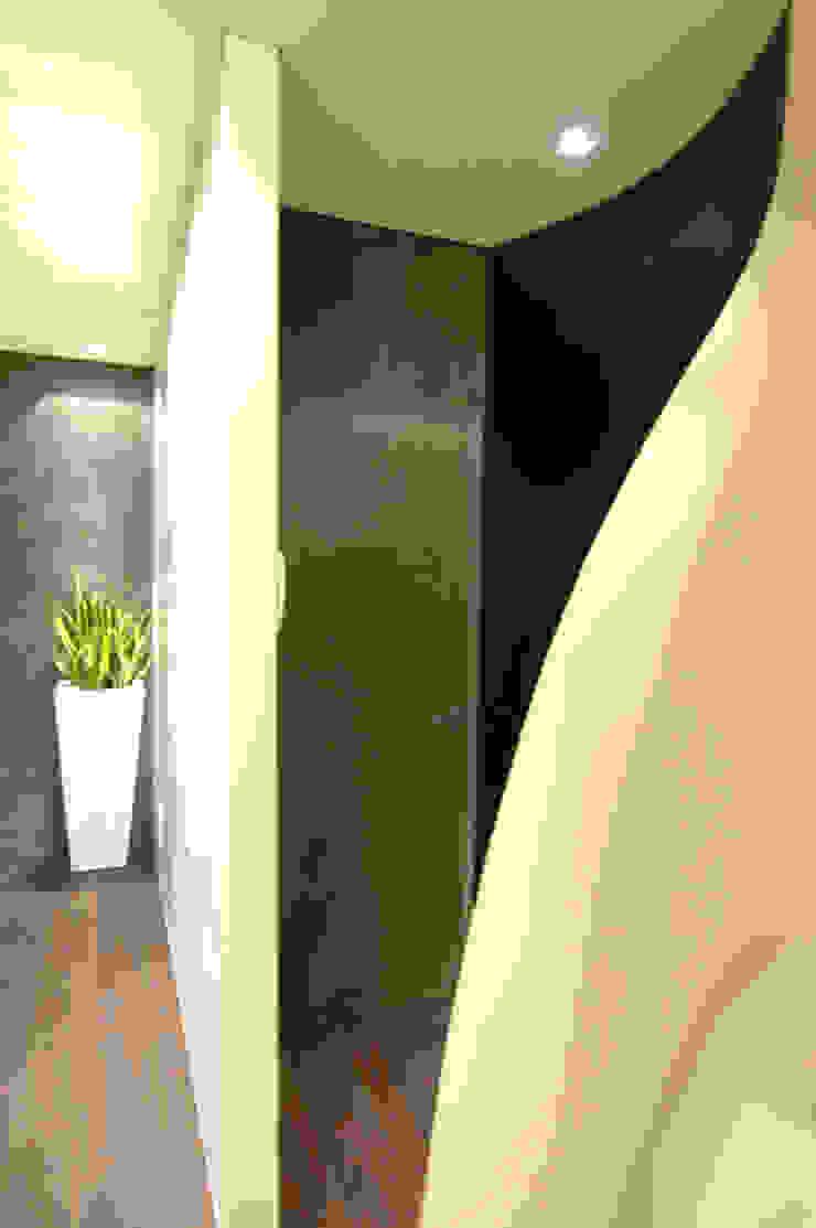 モダンスタイルの 玄関&廊下&階段 の Enrico Muscioni Architect モダン