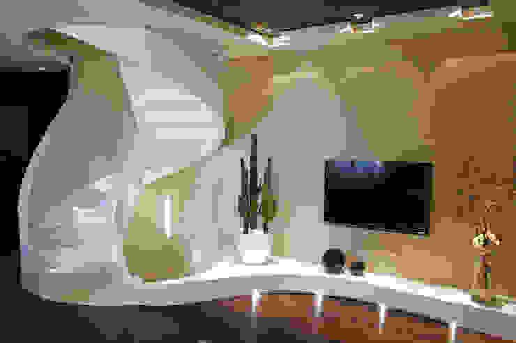 モダンデザインの リビング の Enrico Muscioni Architect モダン