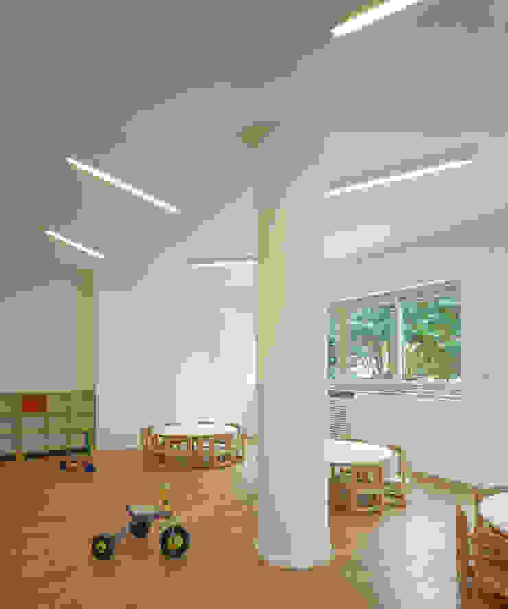 Kindergarten S.M.Goretti Extension ミニマルな学校 の Comoglio Architetti ミニマル