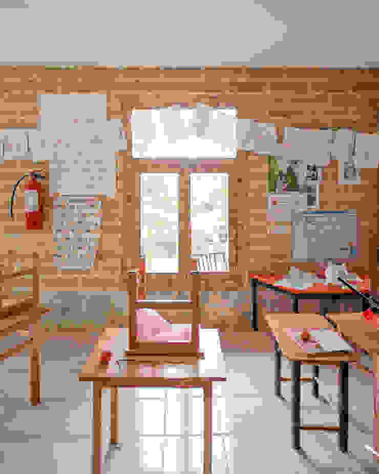 Montessori_Imagen 7 Escuelas de estilo rústico de Komoni Arquitectos Rústico