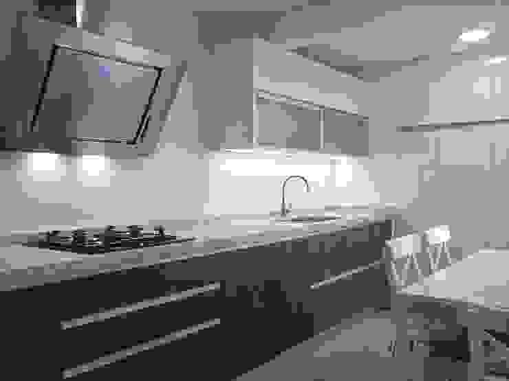 Cocina blanca y madera de roble 1 Cocinas de estilo moderno de Cocinasconestilo.net Moderno