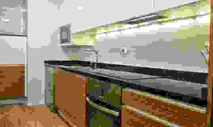 Cocina en madera de cebrano y blanca 1 Cocinas de estilo moderno de Cocinasconestilo.net Moderno