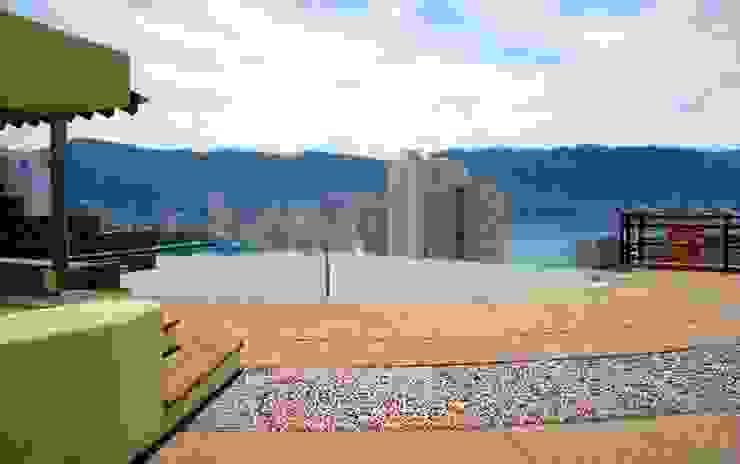 Aspecto de la terraza con la alberca integrada al nuevo espacio:  de estilo tropical por ARQUELIGE, Tropical