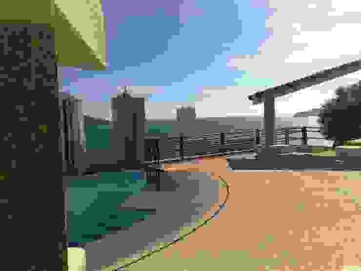 Alberca, y terraza Balcones y terrazas tropicales de ARQUELIGE Tropical
