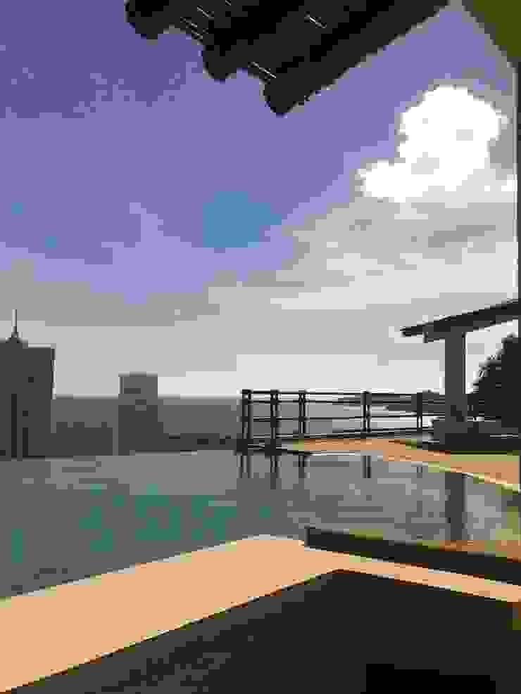 Vista de la alberca ARQUELIGE Piscinas de estilo tropical