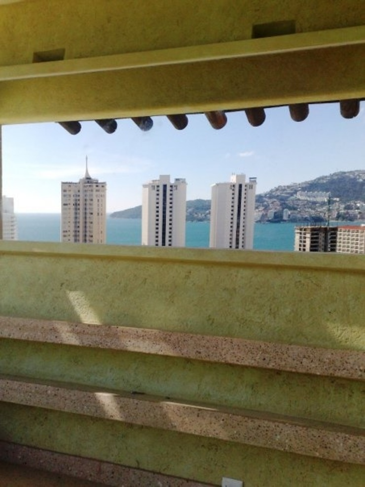 Contra barra del bar mojado ARQUELIGE Balcones y terrazas de estilo tropical