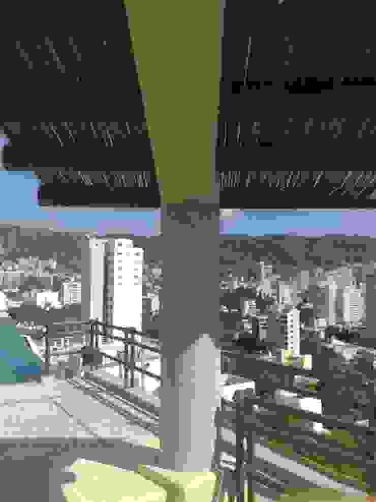 Palapa en cubo de escalera ARQUELIGE Balcones y terrazas de estilo tropical