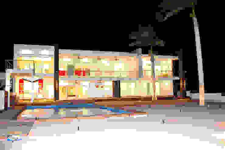 FACHADA POSTERIOR Casas modernas de ro arquitectos Moderno