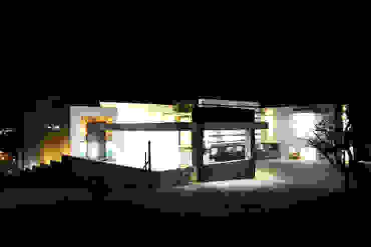 SECCION DE FACHADA PRINCIPAL Casas modernas de ro arquitectos Moderno