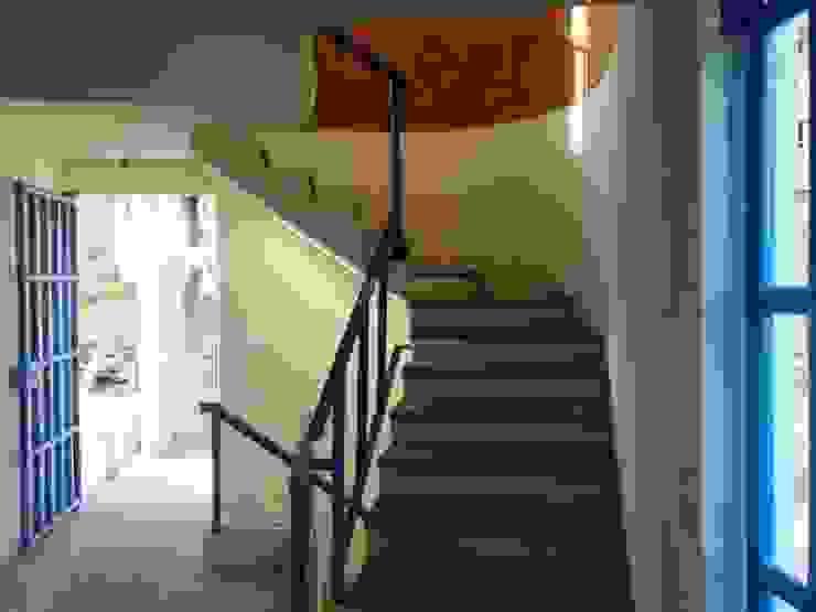 Cubo de escalera ARQUELIGE Pasillos, vestíbulos y escaleras de estilo moderno