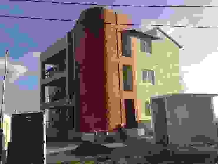 Fachada de acceso a la calle ARQUELIGE Casas modernas