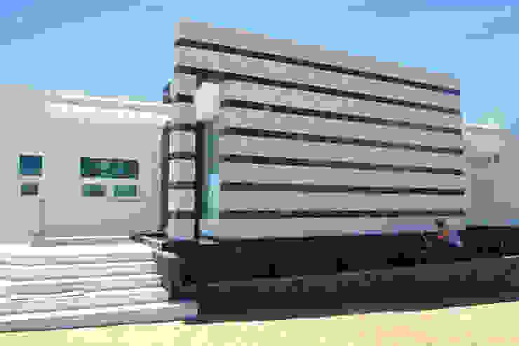 SECCION FACHADA PRINCIPAL Casas modernas de ro arquitectos Moderno