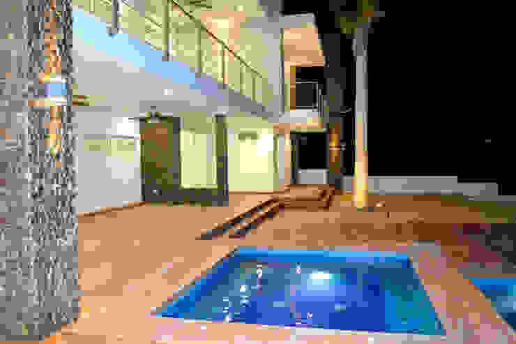 JACUZZI Y TERRAZA PLANTA BAJA Casas modernas de ro arquitectos Moderno