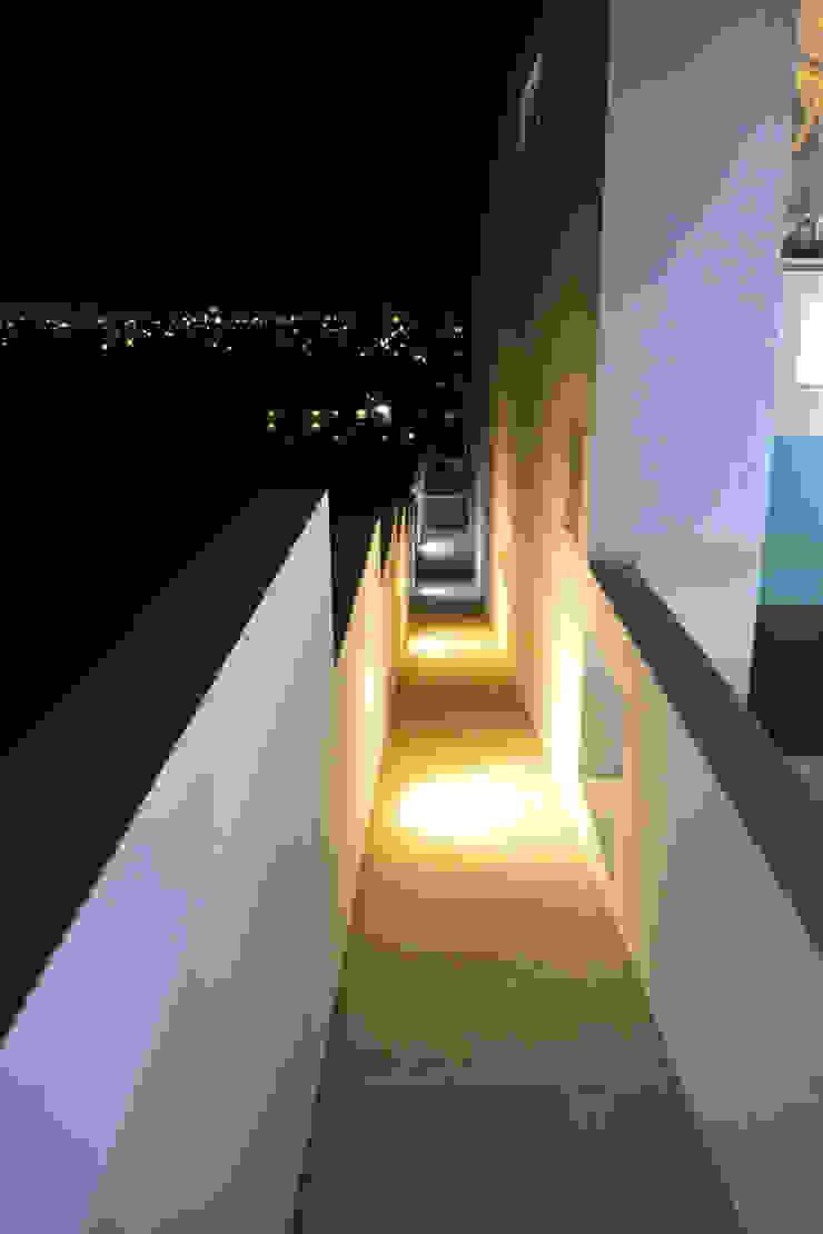 PASILLO DE SERVICIO Casas modernas de ro arquitectos Moderno